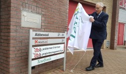 Jacques Dijt, oud-voorzitter van het Texelfonds, verricht de opening van het nieuwe kantoor aan de Abbewaal.