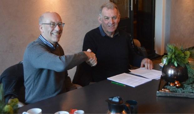 Jan Jacob Rab van Rab Bouwcenter en Gert Pansier van de Zestig van Texel ondertekenen de sponsorovereenkomst waarmee Rab zich voor de komende twee edities als hoofdsponsor van de ultraloop de 'Zestig van Texel'. Jan Jacob Rab is sinds drie jaar zelf fanatiek hardloper en wilde zodoende graag iets terugdoen voor de sport.