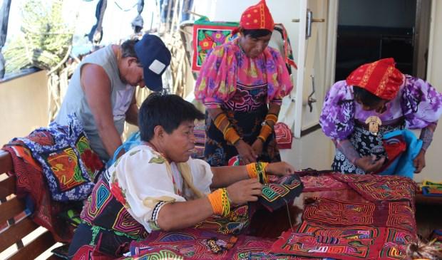 Guna indianen uit Panama verkopen souvenirs