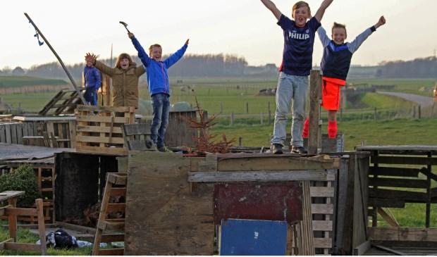 ier een foto van een paar kids die lekker aan het hutten bouwen zijn op de meierblis plaats van Oudeschild. Donderdagavond genomen. (Foto: Justin Sinner Pictures).