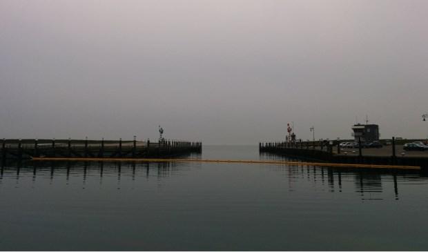De haven van Oudeschild is nu afgesloten met een geel scherm.