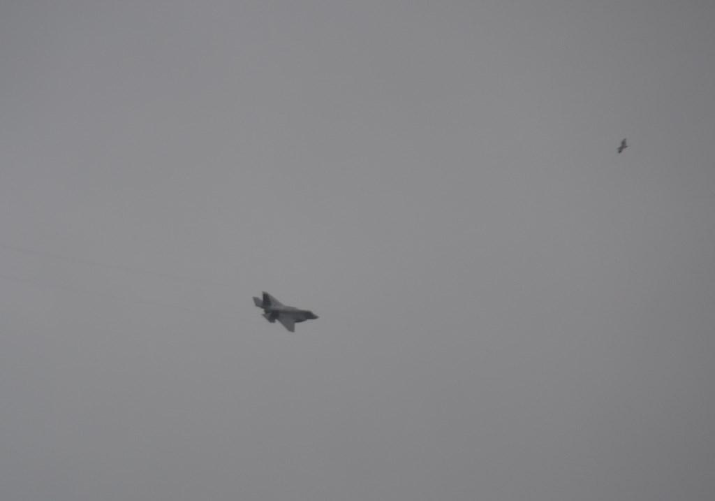 De JSF vliegt alsnog boven Texel. (Foto Peter van der Zwart)