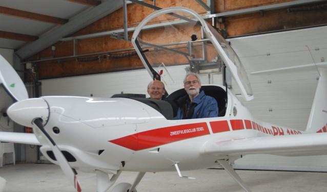 Sjaak Hofstra en Jan Frederici in de nieuwe 'kist' van Motorzweefvliegtuigclub Texel.