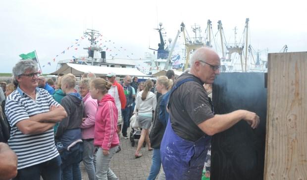 Visroken op de haven van Oudeschild.