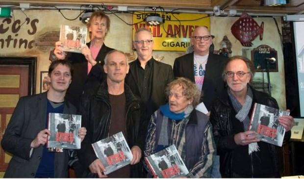 Edward Bonne bij de boekpresentatie van Uitgaan in De Koog.