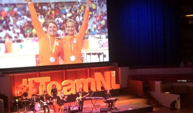 Larissa en Haliegh in beeld op de publiekshuldging in Utrecht. (Foto Aron Zeeman)