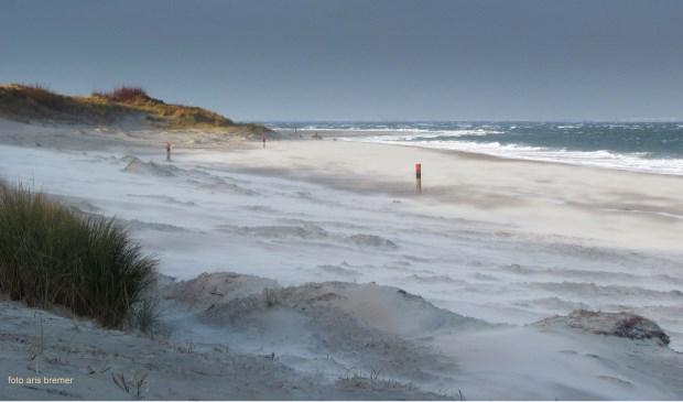 Storm op het strand bij Kaap Noord, vereeuwigd door Aris Bremer.