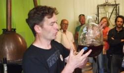 Josha Schoots laat de whisky zien die bij de Bonte Belevenis wordt geproduceerd.