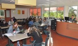 Leerlingen bezig met zelfstudie op een van de leerpleinen van de OSG.