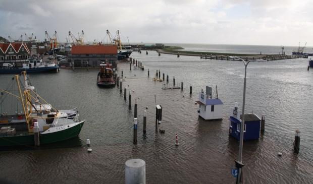 De haven van Oudeschild onder water.