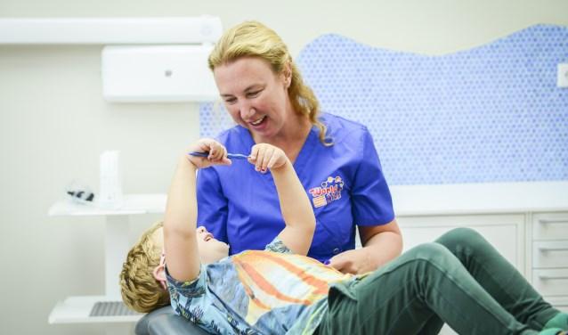 Kindertandarts Jolanda Krijnen probeert kinderen een positie ervaring te geven.
