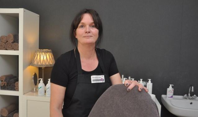 Magda de Boer in één van de twee behandelruimtes van haar salon.