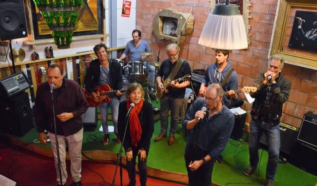 De TX Allstarsband, samengesteld uit Texelse bluesmuzikanten, vrijdagavond tijdens de repetitie. Ze spelen zondagmiddag om 13;30 uur.