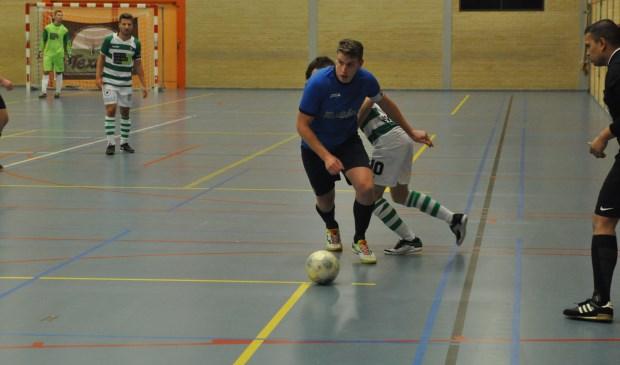 Zaalvoetballer Ruben Duinker in actie voor Texel Futsal.