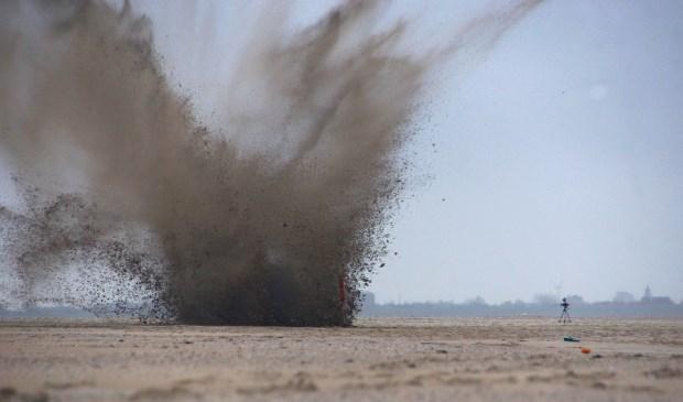 De explosieven worden tot ontploffing gebracht.