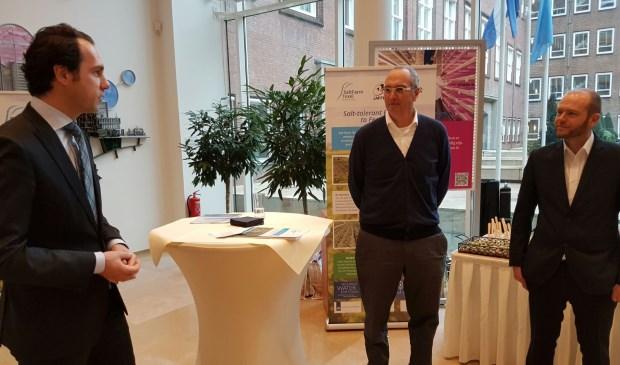 Staatsecretaris Van Dam van EZ spreekt Marc van Rijsselberghe van Zilt Proefbedrijf en onderzoeker Arjen de Vos toe in het ministerie van EZ.
