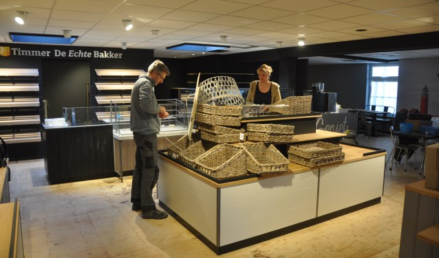 Firmanten Niels Kossen en Bea Timmer in de nieuwe winkel.