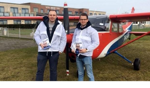 Johan Oosterhagen en Johan Molema van VNL vrijdag op Texel Airport. Op de flyers Jan Roos.