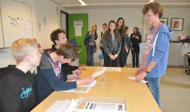 Het stembureau van de scholierenverkiezingen op de OSG.