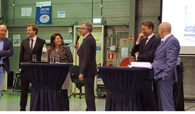 Het VVD-debat in Den Helder, met derde van links Texelaar en kandidaat-kamerlid Hennie Huisman.
