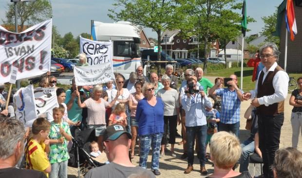Wethouder Eric Hercules spreekt de protesterende Texelaars toe.