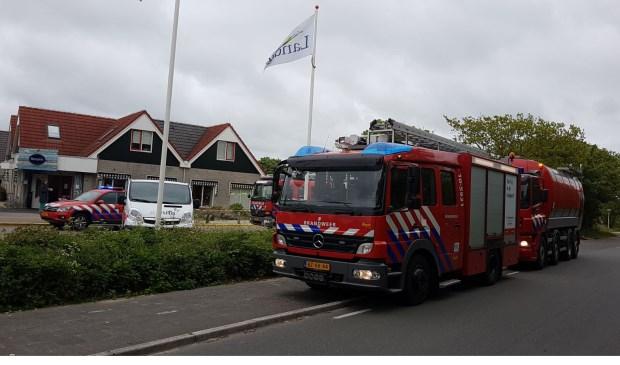 Brandweerauto's spoedden zich na een chloorlek naar vakantiepark Sluftervallei nabij De Cocksdorp.