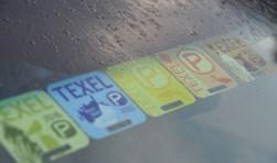 De Texelvignetten die sinds 2012 zijn uitgegeven en sindsdien achter de voorruit van een auto prijken.