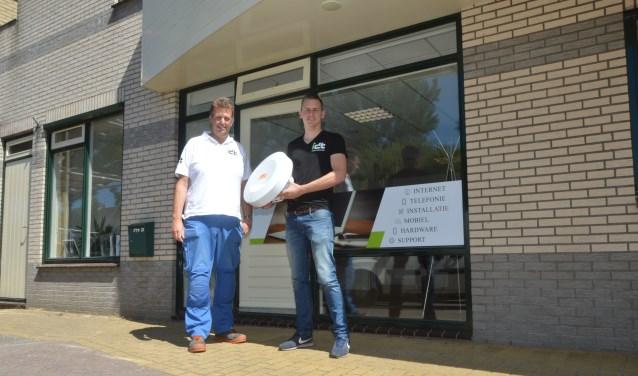 Jan Nico van der Ploeg en Joost van Heerwaarden voor hun kantoor aan de Bernhardlaan.