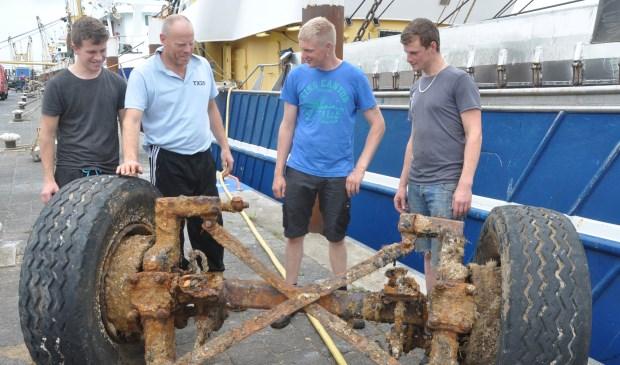 Jim Boogaard, Fred Wiering, Thijs Vonk en Koos Boersen bekijken de opgeviste restanten van de vrachtwagen.