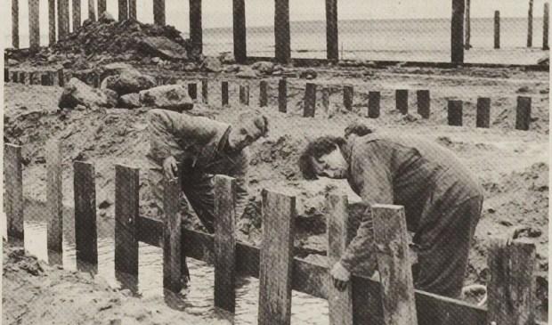 Sil Boon en Bart Somers bezig met de aanleg van de haven.