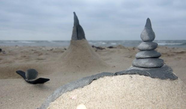 """""""'Zen aan Zee'. Iemand creëerde van de klei die hier langs het water voorkomt een Japans tuintje. Was hij/zij onder de indruk van de stilte en ruimte op deze plek? Het moet haast wel"""", schrijft Sytske Dijksen."""