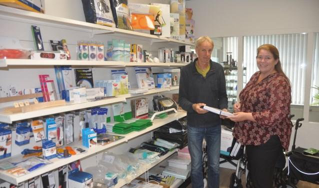 Jan Zijm en Florien Lutke Schipholt in de Omringwinkel aan de Schoonoordsingel in Den Burg.