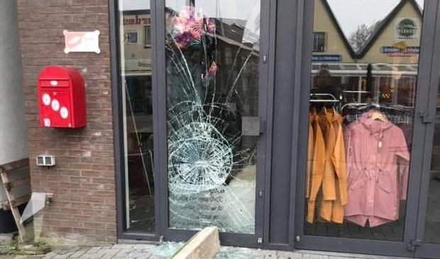 Inbrekers vernielden vannacht onder meer de ingang van Bets Fietsen.
