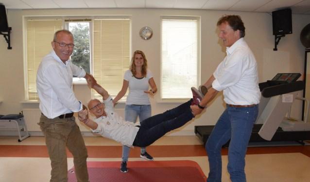 Gerard Arkenbout en Henk de Steur jonassen David Schild, Nynke Eijpe staat klaar om op te vangen.