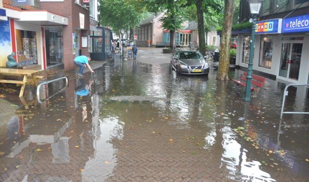 Water op de hoek van de Parkstraat en de Weverstraat.