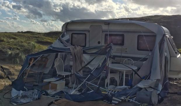 Deze voortent op Kogerstrand was duidelijk niet bestand tegen de storm.