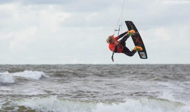 Kitesurfer in actie bij Paal 17.