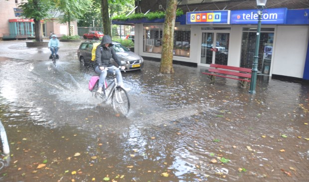 Het regenwater loopt niet weg in de Parkstraat.