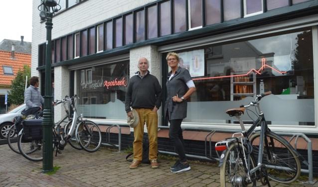 Gerrit Lely en Erna Kuip voor de apotheek waar ze ook samen werkten.