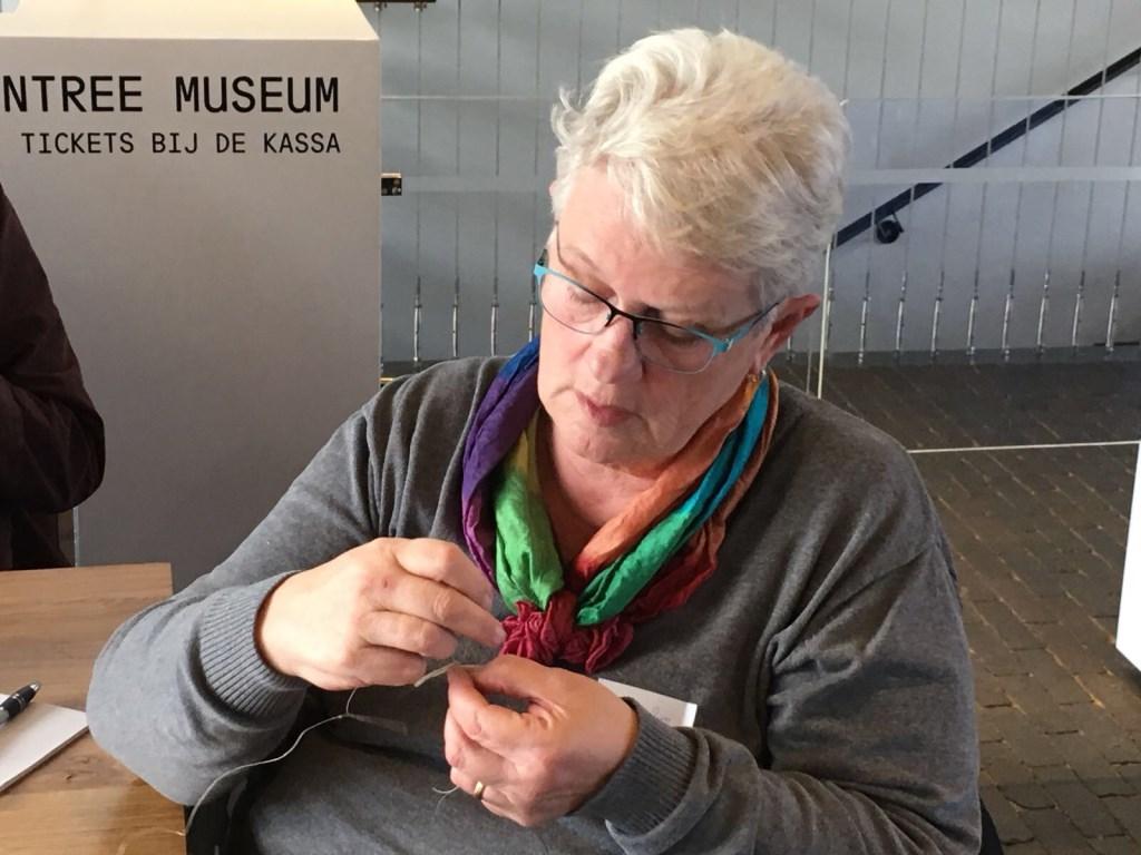 Breien met zo'n dunne draad en pennen is een heel precies werk  © Mediabureau Langeveld & De Rooy