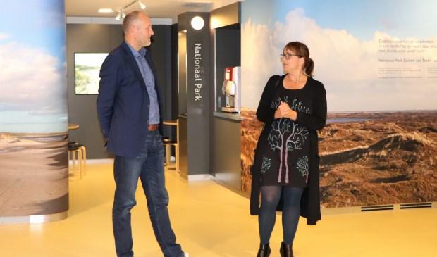 Jan van de Venis en Pauline Folkerts bij de interactieve informatiewand van het nationaal park bij Ecomare.