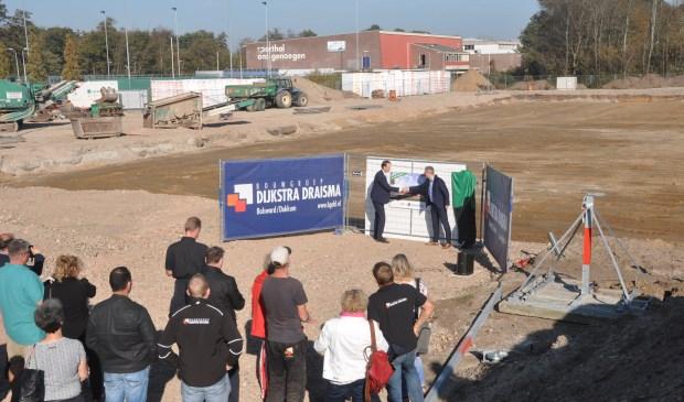 Wethouder Sander van Knippenberg en directielid Dirk Jan de Rouw van Dijkstra Draisma starten de nieuwbouw.
