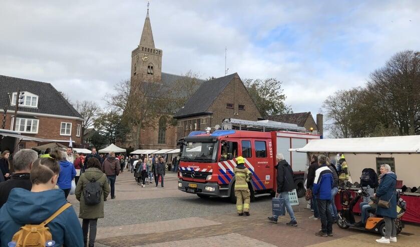 De brandweer te midden van de kramen van de herfstmarkt.