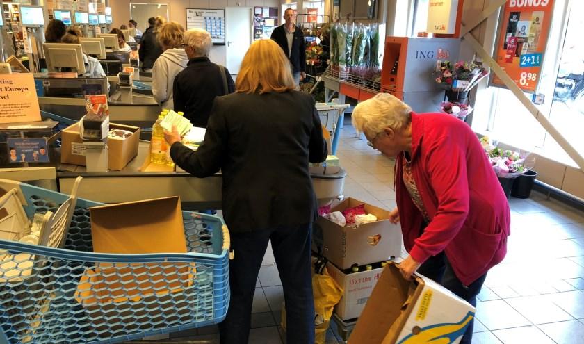 Mary Veltkamp en Ria van der Vis inventariseren wat er is ingezameld.