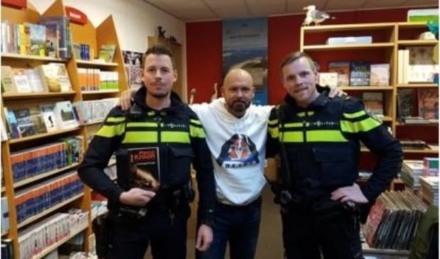 Op de foto staat majoor Kroon met de Texelse agent Pieter en zijn collega Hans, die ook langskamen om hem de hand te drukken.