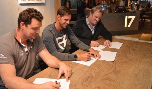 Robbert de Jong (Ronde om Texel) Dorian en Marc Röpke (Paal 17) bekrachtigen de samenwerking.