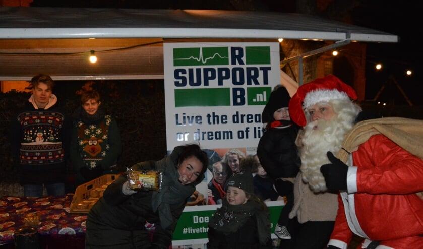 OSG-scholieren Ben Daalder en Jarno Leijstra verkochten op de kerstmarkt in Oosterend zaterdag koek voor Rob. De kerstman hielp een handje.