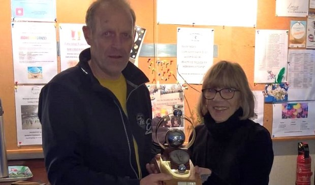 Louis van der Vis krijgt de Super-Boule uitgereikt door voorzitter Diana Kardijk.