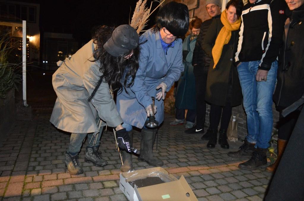 Detectives zoeken naar de schoen die past bij deze voetafdruk.