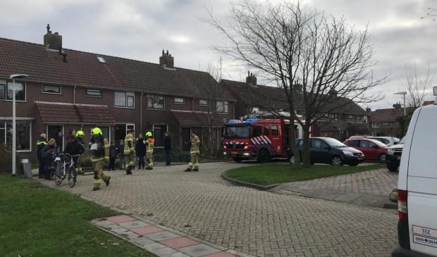 De brandweer inspecteert de De Wittstraat in Oudeschild.